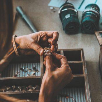 Tips voor het opbergen van make-up en sieraden